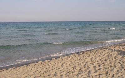bimba sulla spiaggia libera
