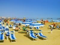 La spiaggia di sabbia fine offre tutti i servizi per una confortevole vacanza al mare