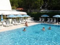 La piscina per adulti dell'hotel Giuliana