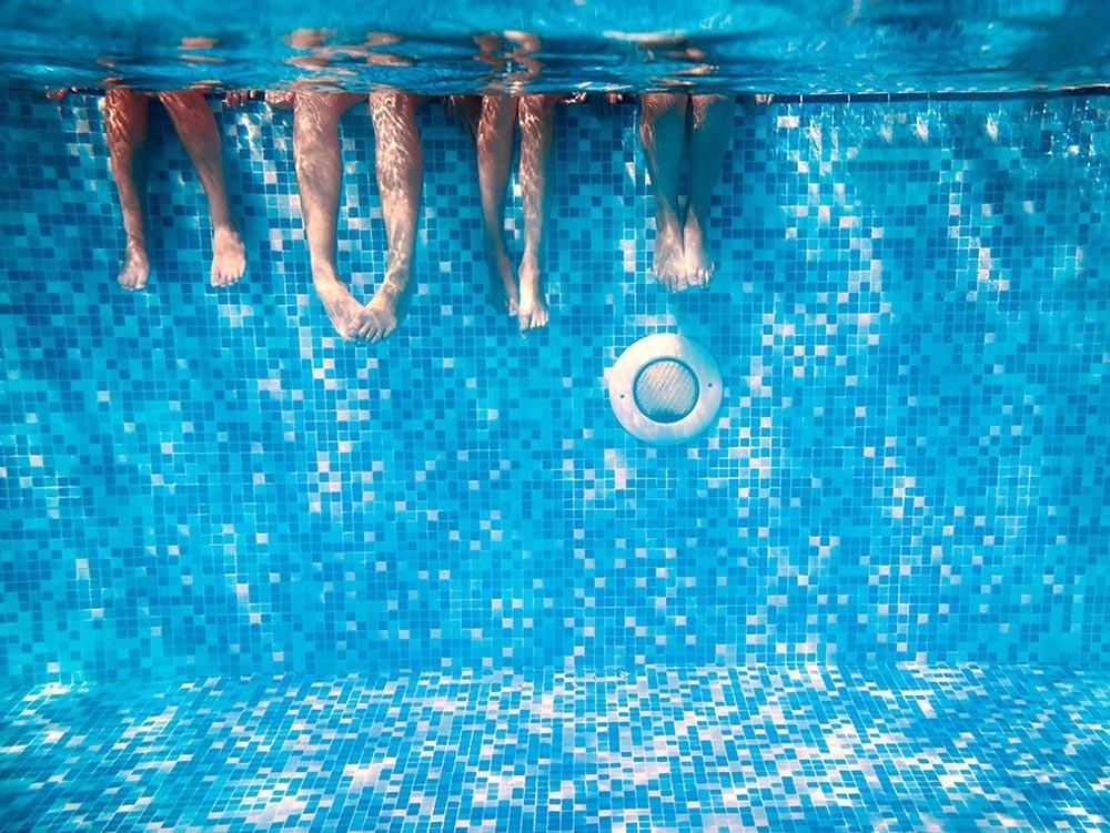 Famiglia in piscina