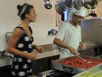 Giuseppe il contadino<br>ha portato i pomodori<br>Elia prepara la passata e Giulia...controlla!