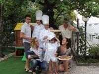 Backstage di foto di famiglia<br>gli chef nonna Sonia ,Elia, e la piccola Giorgia<br>Giacomo, Giulia, Sabrina e Deborah con la Crostata Pesce! :-)