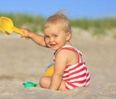 Bimbo sulla spiaggia libera