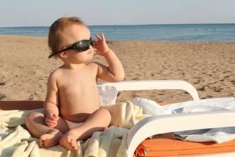 Bimbo su spiaggia libera